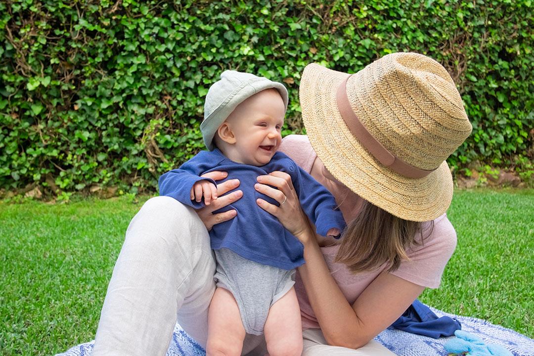 Estimulación Temprana; Mamá jugando con bebé